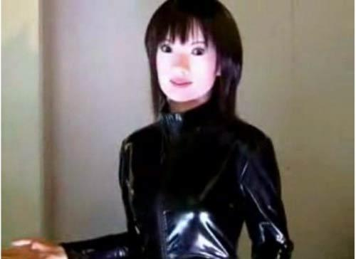 Девушка надевает на себя латекс много видео 190